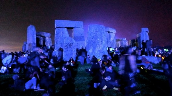 Stonehenge_Summer_Solstice_at_night