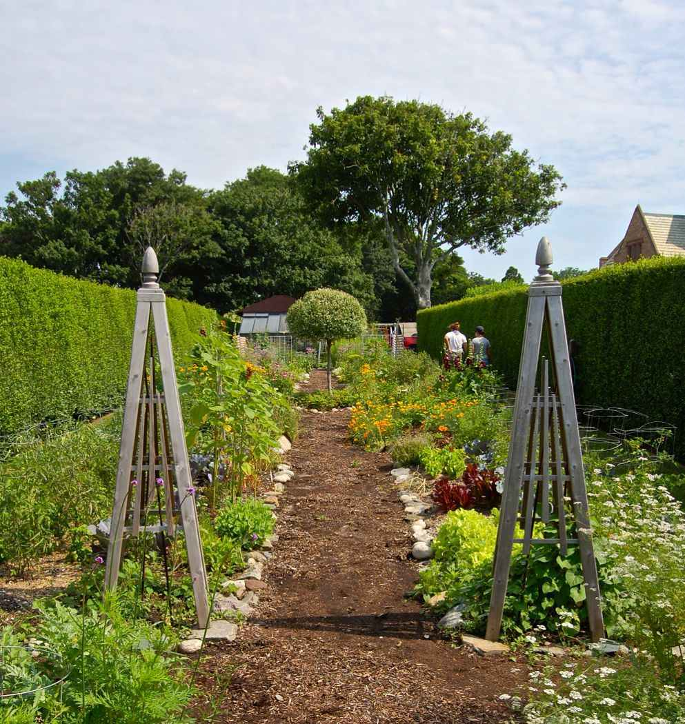 doris-duke-rough-point-garden-tour-trellis
